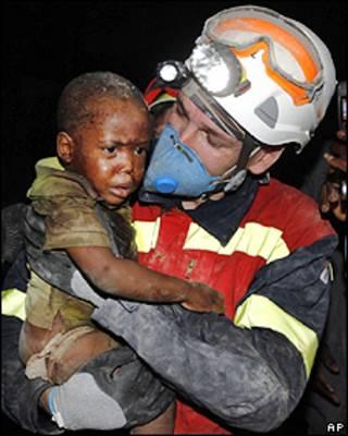 Equipe de resgate da Espanha carrega criança sobrevivente do terremoto
