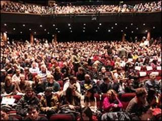 sala de cinema lotada em Festival de Sundance