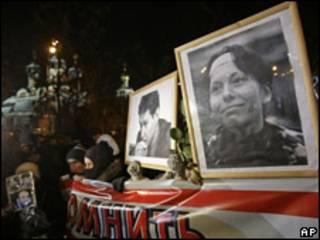 Участники акции с плакатом и портретами