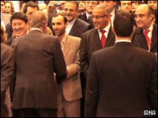 حمید بقایی، معاون رئیس جمهور و رئیس سازمان میراث فرهنگی و گردشگری که در مراسم افتتاحیه با سایر مقامات دست می دهد