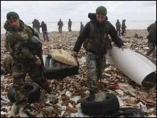قطعاتی از هواپیما به ساحل نشسته است