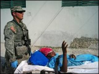 Lính Mỹ chuyển một nạn nhân được cứu trong ngày 23/1