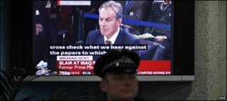 Блэр на экране телевизора, передающего слушания комиссии по Ираку