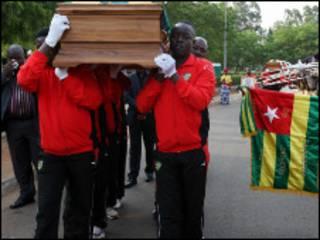 Mazishi ya mmoja wa watu waliokuwa katika basi la timu ya taifa ya Togo.