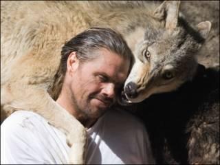 Shaun Ellis ao lado de um lobo (Foto do livro 'O Homem que Vive com Lobos', editora Harper Collins