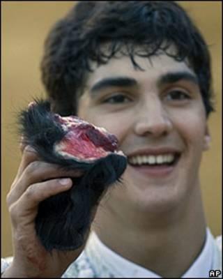 Jairo Miguel con oreja de toro en la mano