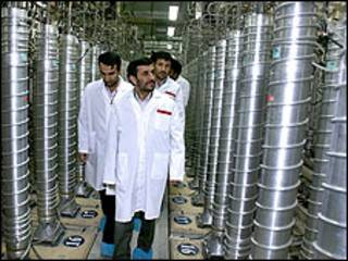 O presidente do Irã, Mahmoud Ahmadinejad, visita usina nuclear