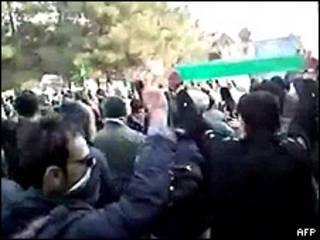 Imagem retirada do YouTube e divulgada pela AFP mostra suposta manifestação de oposicionistas em Teerã