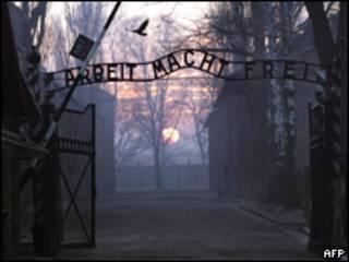 Знак Arbeit macht frei на воротах бывшего концлагеря в Освенциме