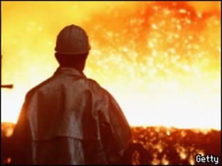 Trabalhador em indústria siderúrgica na Alemanha