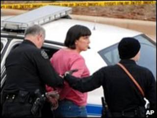 Эми Бишоп под охраной полиции