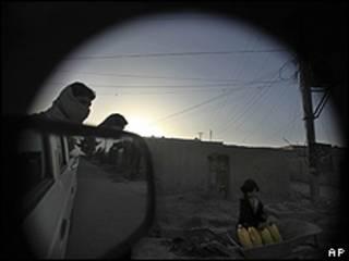 دخترک افغان در حال انتقال آب - لشکرگاه