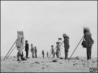 Манекены в алжирской пустыне во время французских ядерных испытаний