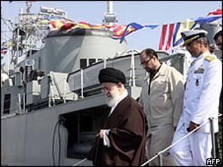 Ali Khamenei, inaugurando el destructor Jamaran