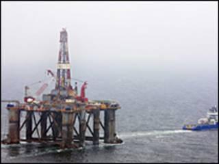 Plataforma de petróleo da Desire Petroleum a caminho das Malvinas