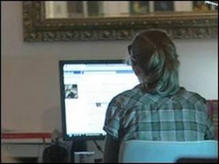 Remaja di depan internet