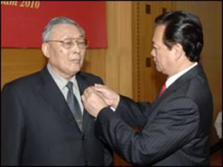 Thủ tướng Nguyễn Tấn Dũng trao huân chương cho Tướng Đồng Sĩ Nguyên