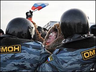 Сотрудники ОМОН сдерживают митинг в Санкт-Петербурге в феврале 2010 года