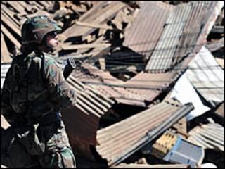 Soldado monitora ruas destruídas em Concepción