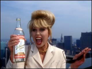 Актриса Джоанна Ламли с бутылкой водки