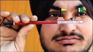 भारत और पाकिस्तान के झंडों के साथ भारतीय दर्शक