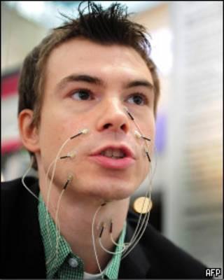 Электроды подключены к лицу человека