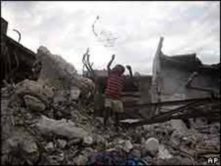 Niño haitiano juega entre las ruinas del terremoto