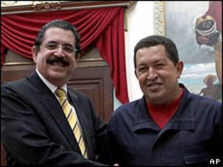 Manuel Zelaya (izquierda) y Hugo Chávez, presidente de Venezuela (derecha).