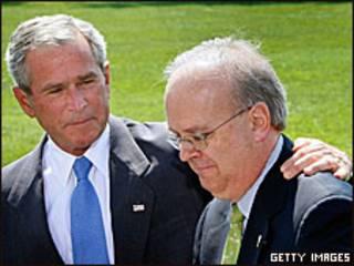 Экс-президент США Джордж Буш приобнимат своего экс-советника Карла Роува