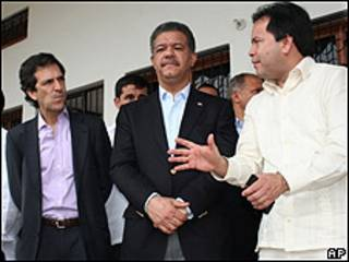 Leonel Fernández (centro) junto al canciller colombiano Jaime Bermúdez