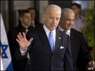 O vice-presidente dos EUA, Joe Biden, chega a entrevista coletiva junto com o premiê israelense Binyamin Netanyahu (AFP)