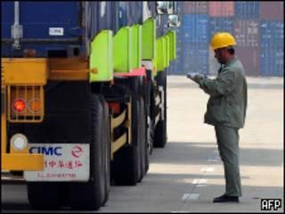 Trabajador chino en el puerto de Tianjin