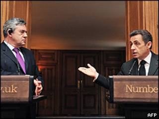 Gordon Brown (esquerda) e Sarkozy