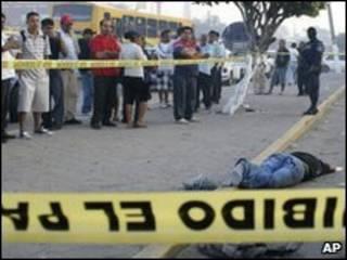 Обезглавленное тело, оставленное преступниками в центре Акапулько 13 марта 2010 г.