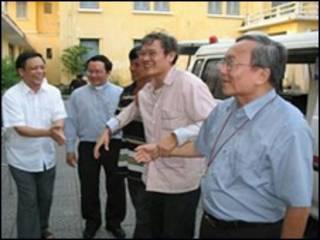 Linh mục Nguyễn Văn Lý Lý đang tạm hoãn án tù một năm để chữa bệnh.