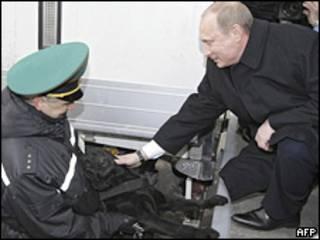 Премьер-министр России Владимир Путин гладит белорусскую пограничную собаку в Бресте