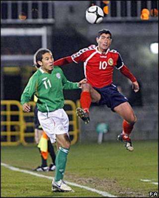 Отборочный матч к ЧЕ-2012 Ирландия-Армения: с Шоном Скэннелом борется Геворг Хазарян