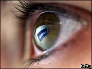 Facebook reflejado en un ojo