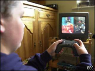 Garoto jogando video-game (BBC)
