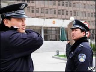 Guardas em frente à corte em Xangai