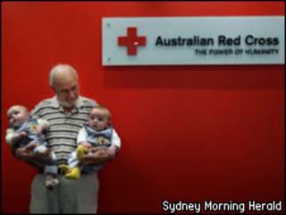 James Harrison segura bebês (Sydney Morning Herald)