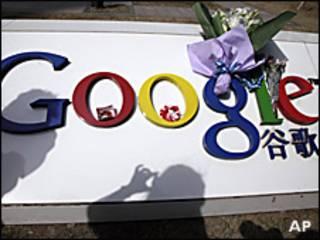 Algunas personas colocaron flores en la sede de Google