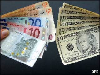 Billetes de dólar y euro