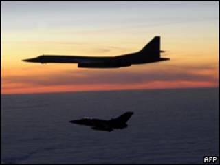 Фото минобороны Британии: Tornado F3 сопровождает Ту-160