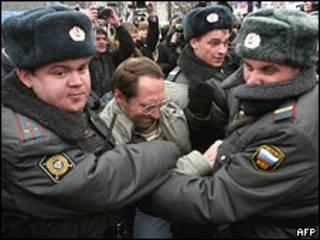 Милиционеры задерживают участника демонстрации 20 марта