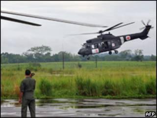 Helicóptero brasileiro participa do resgate do refém Pablo Moncayo (30/03). Foto AFP