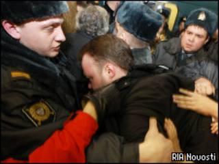 Милиция удерживает напавшего на Людмилу Алексееву