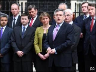 Gordon Brown y su gabinete durante el anuncio