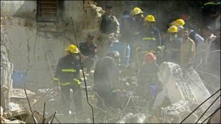 تصویر نیروهای امداد که پس از انفجار بمب در خرابه های ناشی از ان مشغول کارند