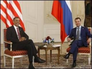 Os presidentes Obama e Medvedev, antes da assinatura do acordo